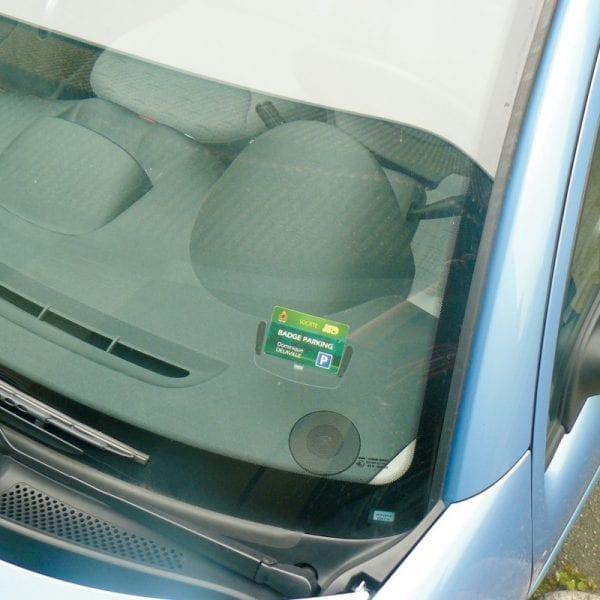 attache badge carte pare-brise véhicule